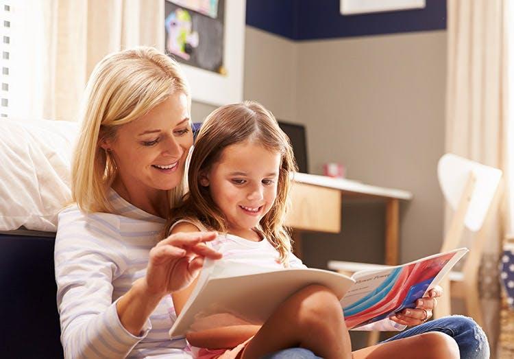 Mẹ đọc sách cùng con gái nhỏ