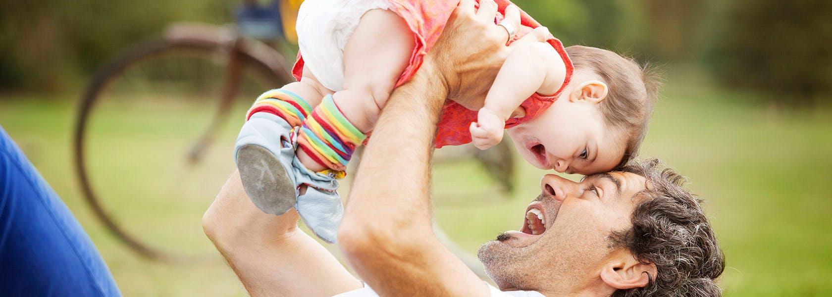 Cha chơi với con gái trong công viên
