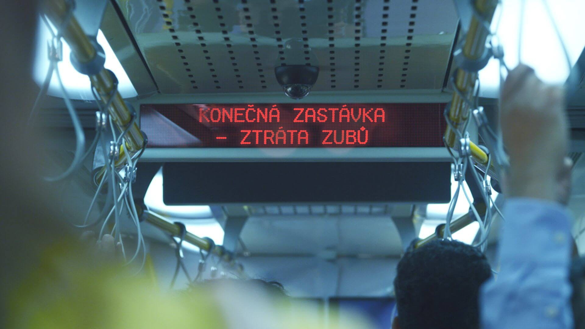 """Informační tabule ve vlaku, která hlásá """"cílová stanice: ztráta zubů"""""""