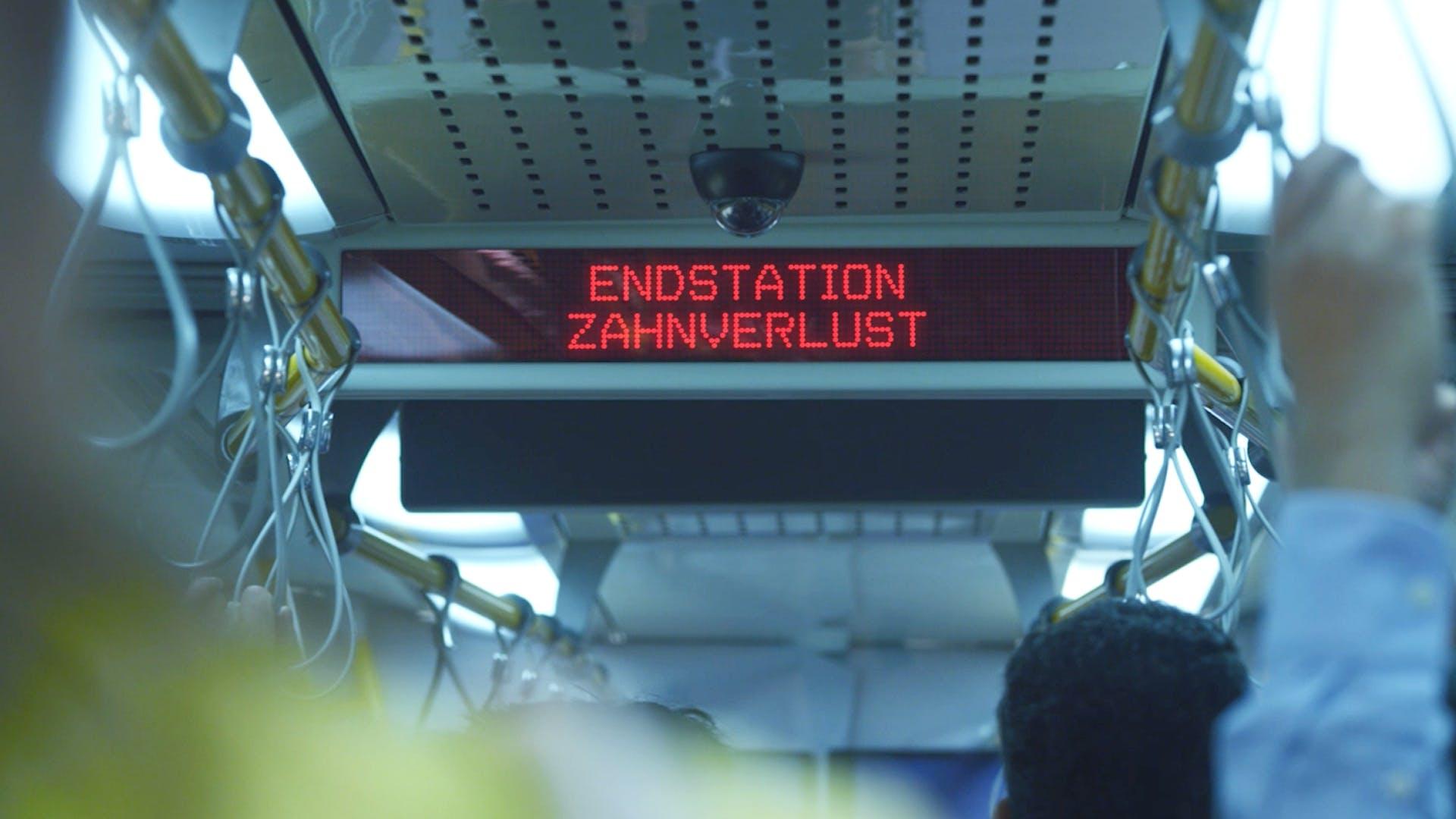 """Anzeige im Zug """"Endstation: Zahnverlust"""""""