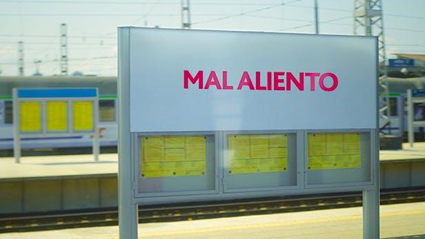 """Cartel de estación de tren con la leyenda """"Mal aliento"""""""