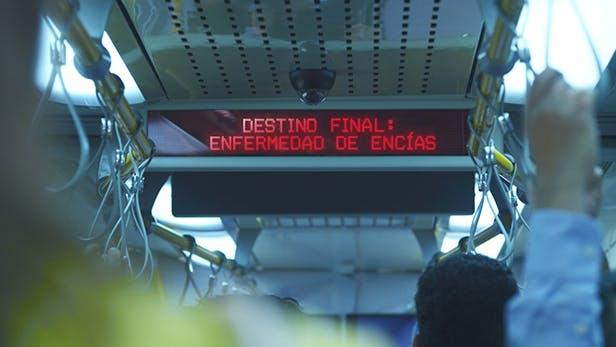 """Cartel dentro de un tren que dice """"Destino final: pérdida de piezas dentales"""""""