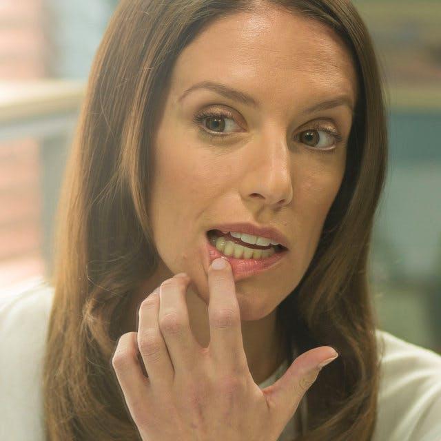 Une femme qui se brosse les dents.