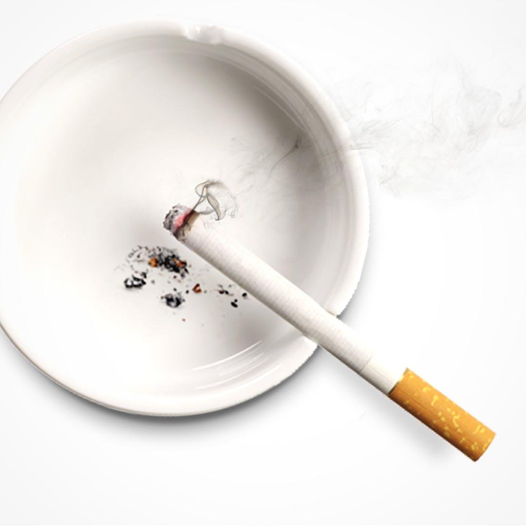 Kül tablasında yanan sigara