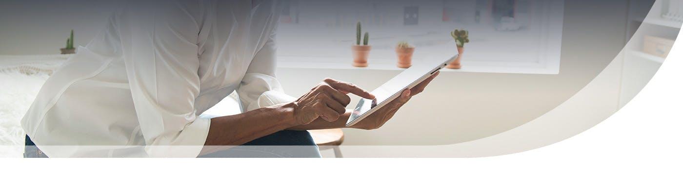 Encabezado de persona escribiendo en tableta