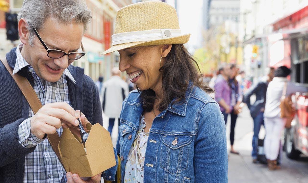 Un homme et une femme mange sur le pouce