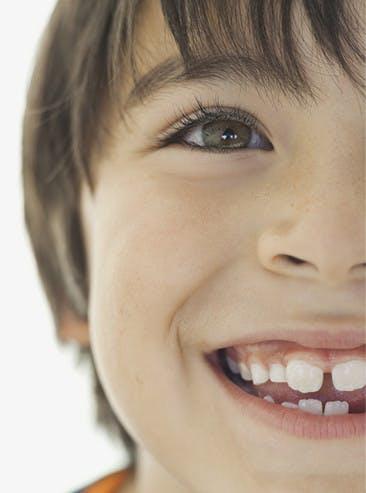 Jeune garçon souriant