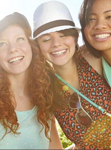 Trois jeunes amies souriantes