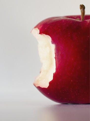 Pomme rouge acide croquée