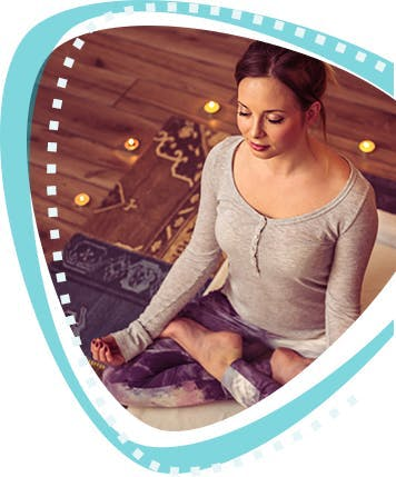 Jeune femme en pose de yoga.