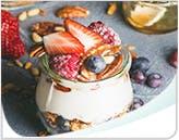 Bocal de parfait au yogourt, granola et fruits acides