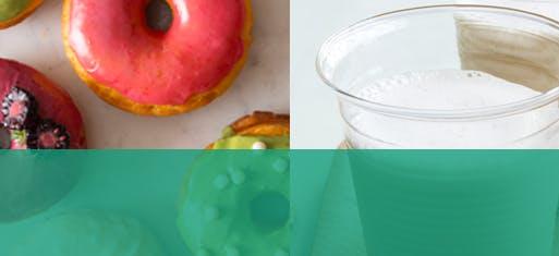 Beignes colorés avec trois verres de lait