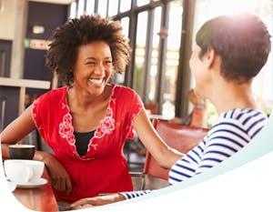 Deux femmes assises à discuter joyeusement