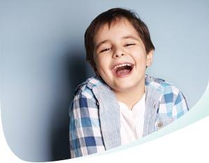 Jeune garçon affichant un grand sourire