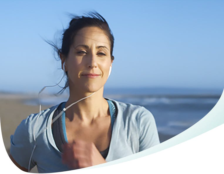 image de femme qui court sur la plage
