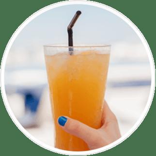 vaso con bebida fría - sensibilidad dental a las bebidas frías - sensodyne