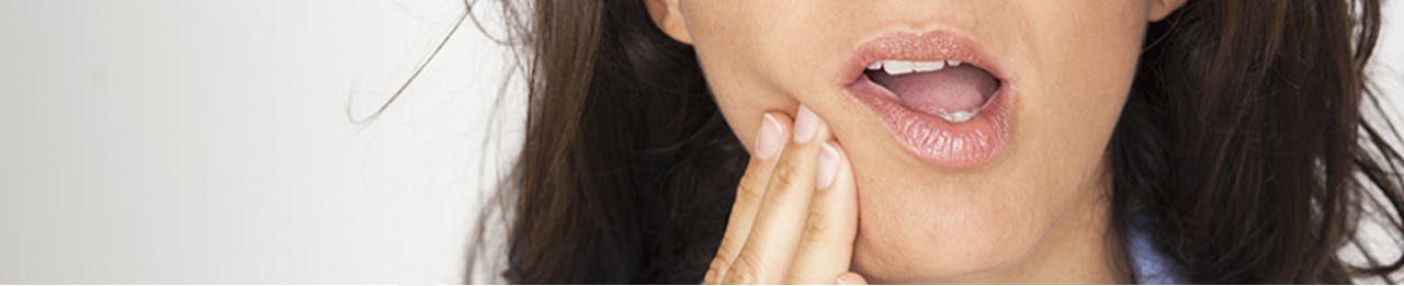 mujer con molestias por la sensibilidad dental - sensodyne -gsk