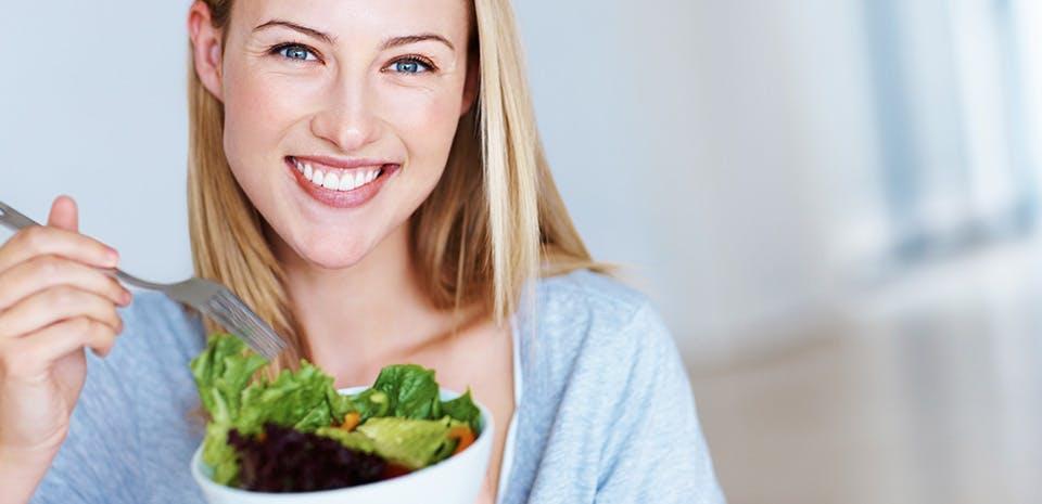 Femme souriante avec une salade   Mangez frais