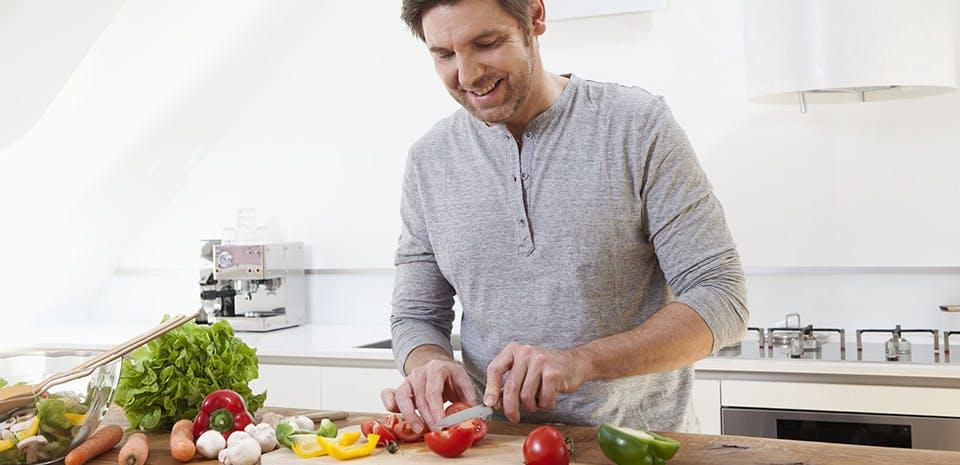 Homme préparant des légumes   Consommez des aliments qui favorisent le sommeil
