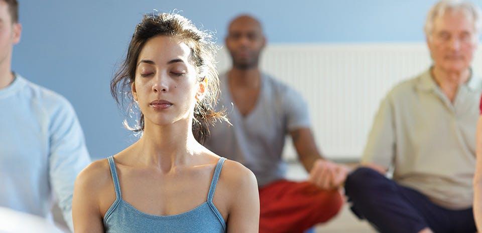 Femme faisant de la méditation en groupe   Prenez du temps pour vous
