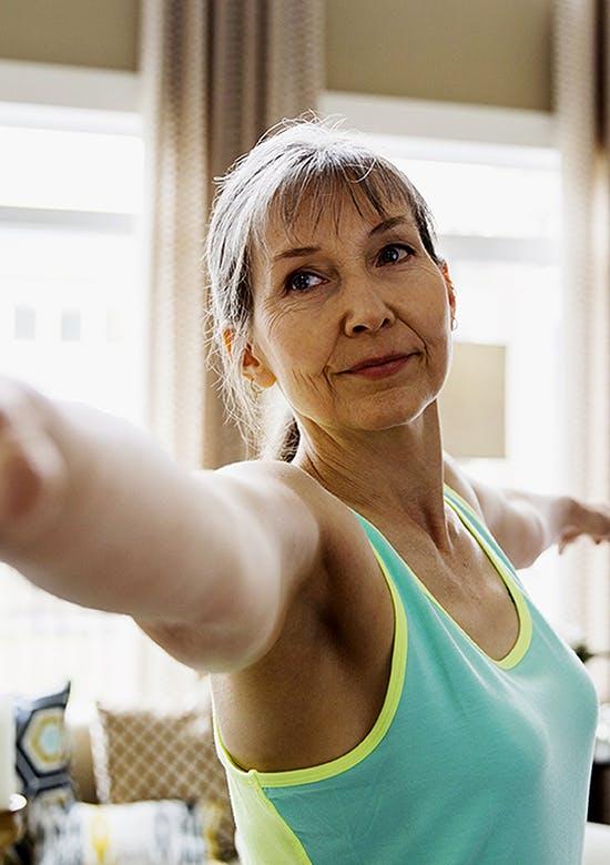 Gros plan d'une femme d'âge moyen qui étire ses bras