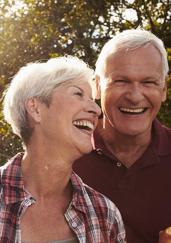 Couple âgé souriant et riant