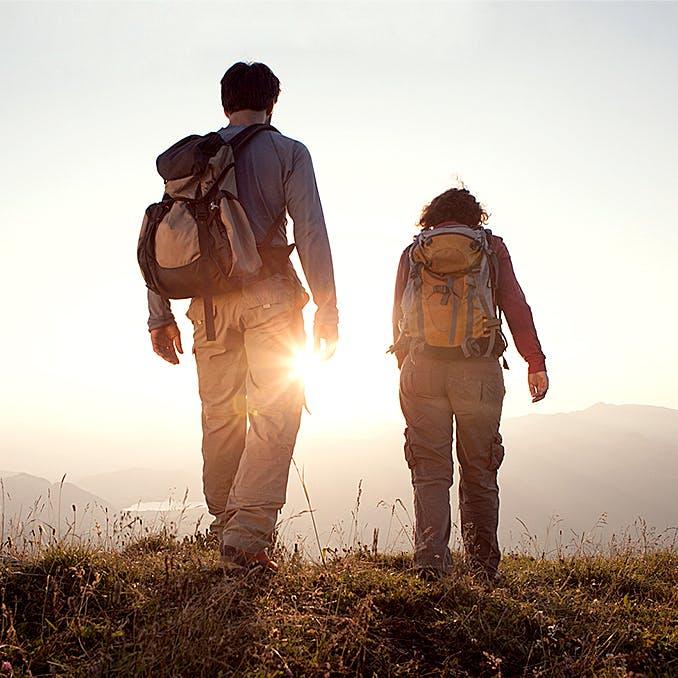 Un couple de randonneurs marchant sur un sentier