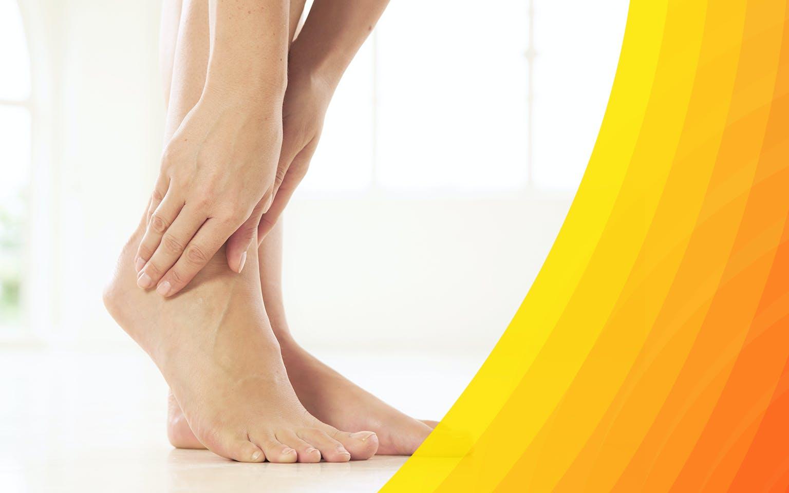 Femme touchant son pied à cause d'une douleur à la cheville