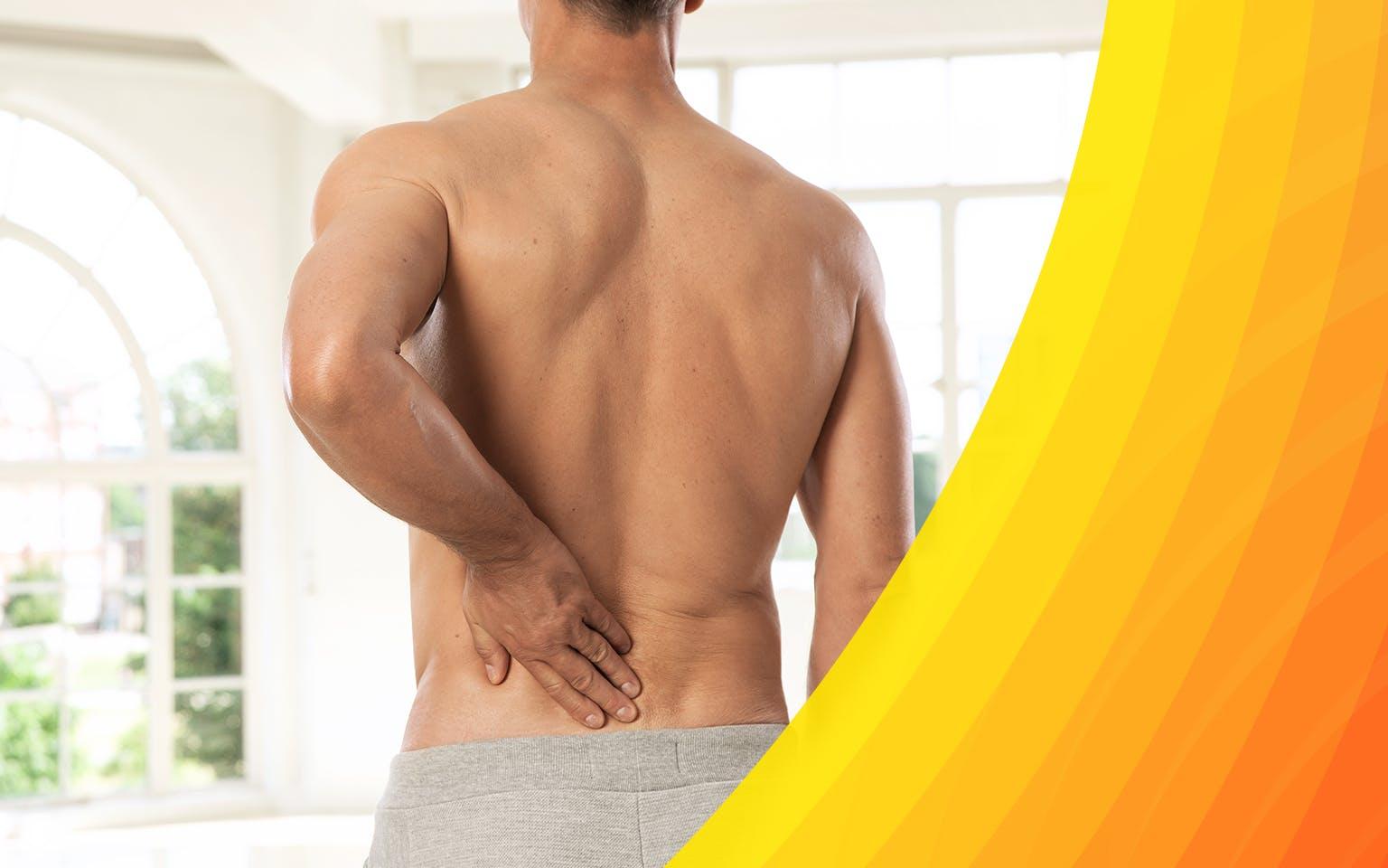 Homme torse nu se touchant le dos à cause de maux de dos