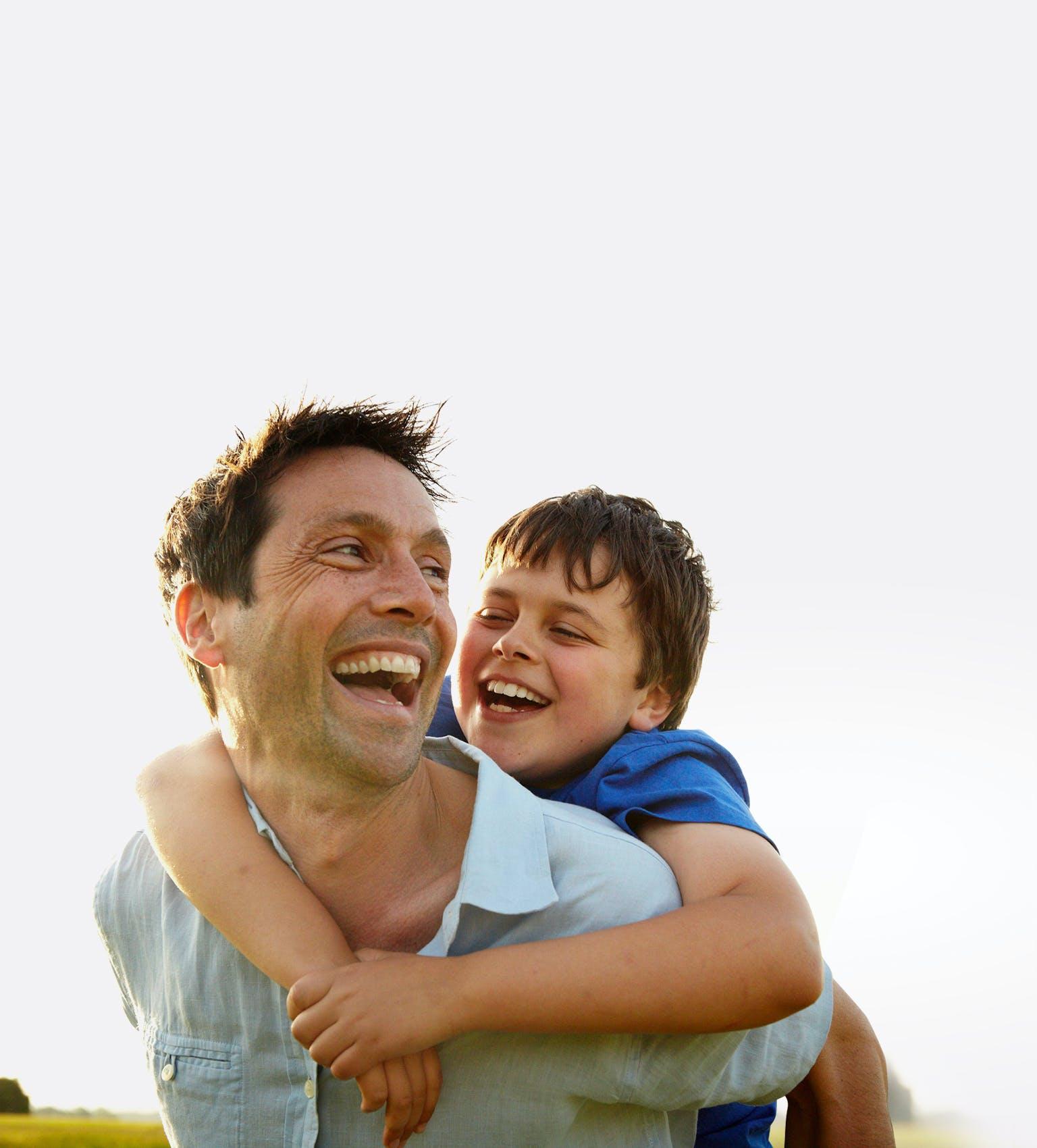 Jeune garçon sur le dos de son père
