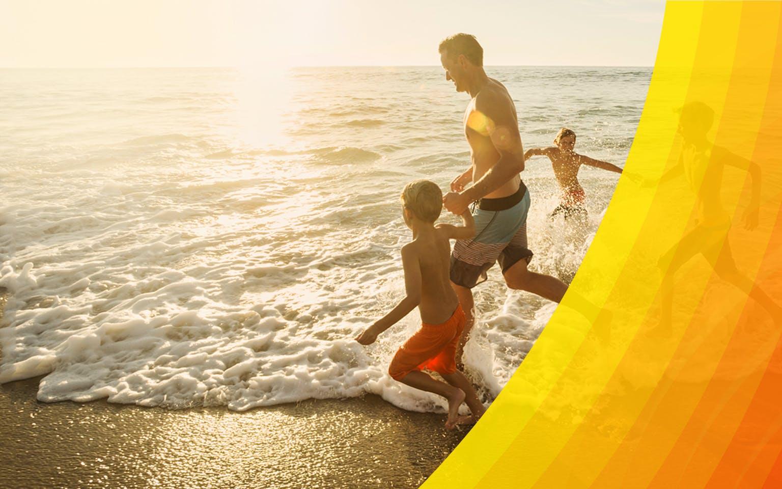 Jeune famille heureuse qui court dans l'eau à la plage