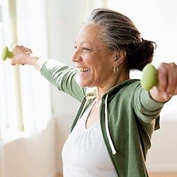 Jak używać żelu Voltaren by złagodzić ból choroby zwyrodnieniowej stawów - przeciągająca się starsza kobieta