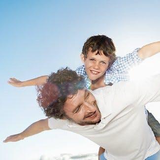 Rodzaje bólu - ojciec bawi się z synem