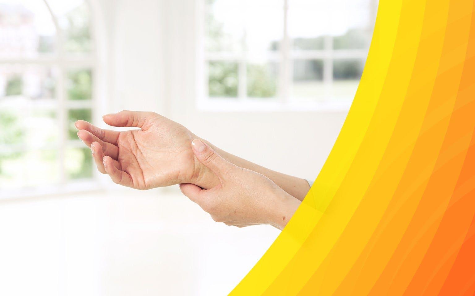 Kobieta łapiąca się za bolący nadgarstek