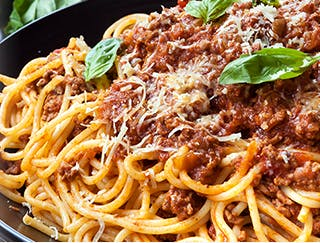 Grande assiette de spaghetti avec sauce à la viande