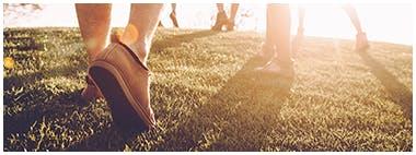 Gros plan sur les chaussures de personnes faisant de l'exercice sur le gazon