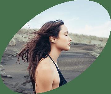 Dievča, ktorému vejú vlasy vo vetre
